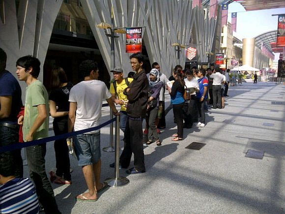Live Pic: Celcom BlackBerry Torch 9860 Fire Sale