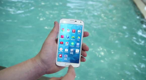 VIDEO: Samsung Galaxy S5 Water Resistance gets tested in a swimming pool and washing machine