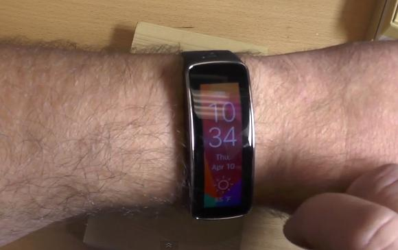 Samsung Gear Fit is able to display vertically for both left and right handed users