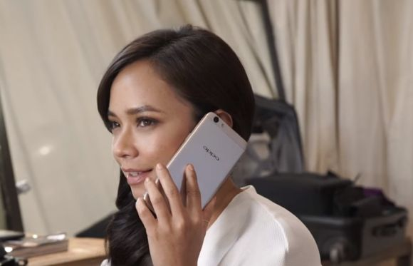 Nora Danish shows off the OPPO F1s