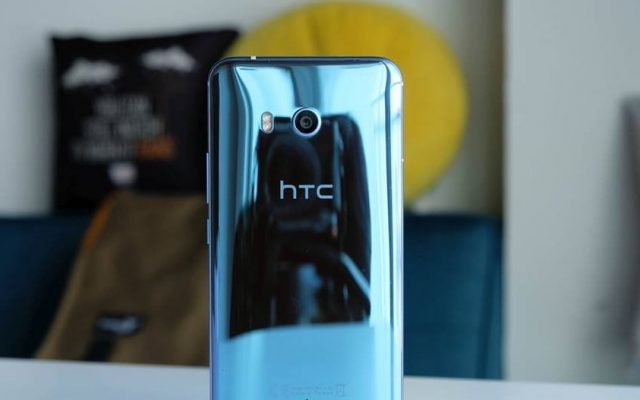 HTC might introduce a mid-range squeezable smartphone